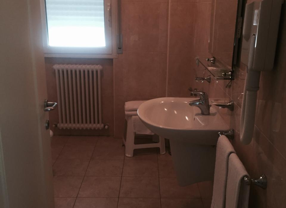 bagno spazioso ed elegante