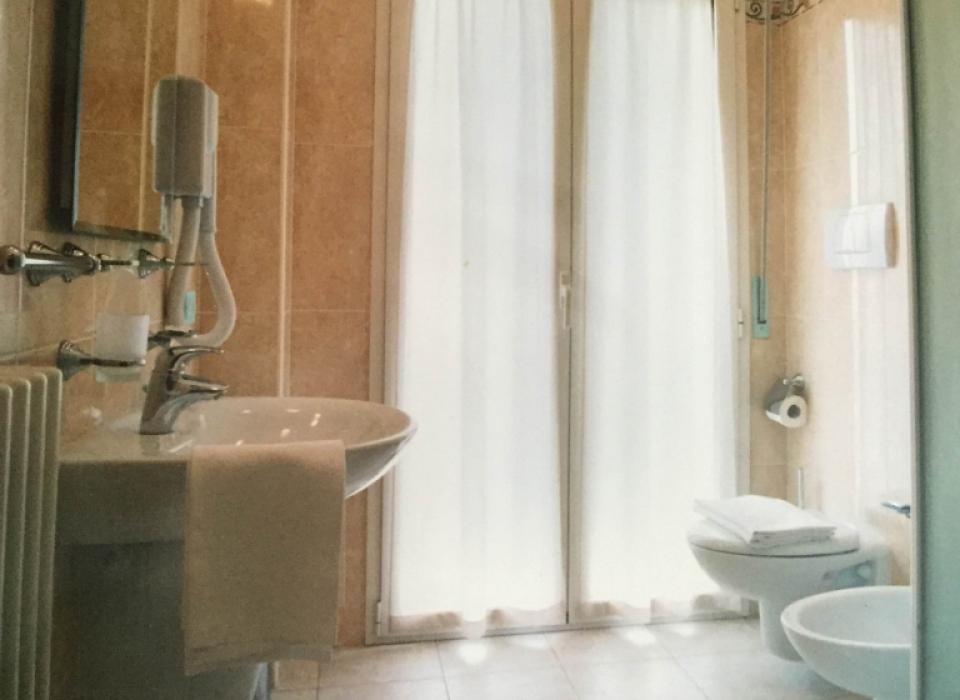 I bagni sono tutti spaziosi, eleganti e dotati di box doccia.
