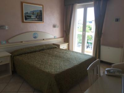 Le camere Giada dei nostri appartamenti a Riccione sono spaziose e dotate tutte di balcone.